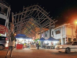 Bazaar lights up Muar town