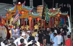 3族文化同街表演成亮點‧麻坡斗母宮神遊萬人空巷