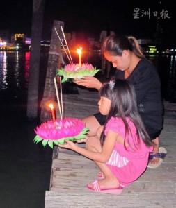 民眾聚麻彼岸碼頭慶水燈節‧麻橋水燈相映成輝