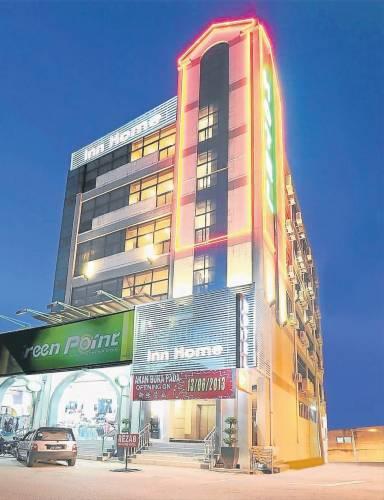 "Inn Home廉价酒店位于闹市中,其高挂的招牌,一登上麻桥,便可见其向住客""招手""。"