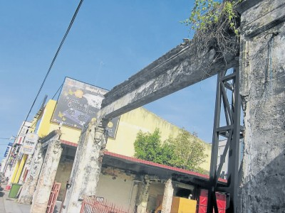 悠然走过:麻坡二战遗迹 炸弹留下的断垣残壁