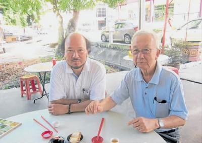右起为麻坡画家陈培仁与他的学生巴黎画家刘自明, 一面品茶, 一面回忆日军轰炸麻坡的往事。