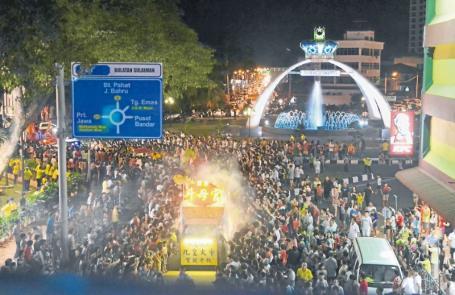 麻坡五馬路斗母宮舉行九皇大帝及諸神出巡遊境慶典,吸引萬人夾道膜拜,祈求合家平安。(圖:星洲日報)