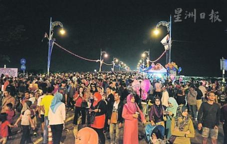 邁入第三屆的麻橋嘉年華昨晚盛大舉行,吸引約萬人湧上麻橋,歡慶柔州蘇丹華誕。
