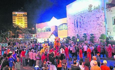 遊行隊伍沿路受到民眾夾道歡迎,麻坡關聖宮醒獅團也派隊參與遊行。