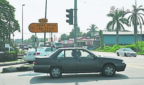 麻坡峇吉里路是交通繁忙的要道,可通往到二南及雙溪德烈。