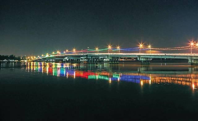 著名的麻坡桥到了夜晚更加迷人。