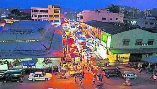 每逢星期三巴口新村有夜市擺攤,成了巴口各族村民必到之處;而夜市集左方便是巴剎,昔日未重建前,巴剎外有個八卦形的標志,是小孩玩耍之處。