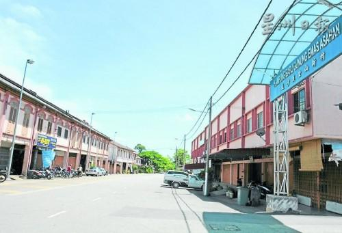 一條亞沙漢大街就有兩個亞沙漢新村,圖中右側為屬於馬六甲的亞沙漢金山新村。