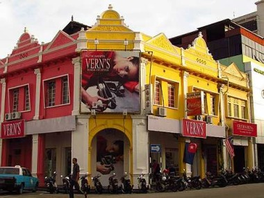 New life: The Muar Municipal Council launched the town repainting and beautification campaign in 2002. Colour codes were issued by the council and each street was assigned a specific colour scheme from the Nippon Millennium Colour Collection, with white as the common colour for highlighting trimmings and architectural details. Drab pre-war buildings have been transformed, lending a bright, cheery air to the town — even in the back lanes sometimes