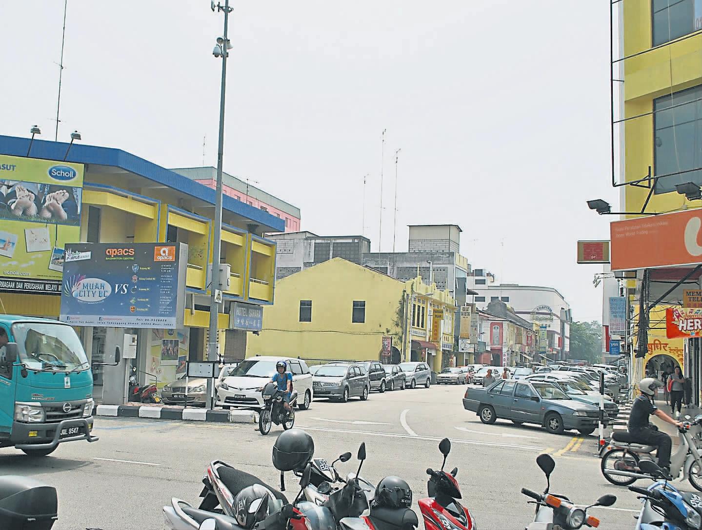 扩大范围分时段营业统一档位服装 贪食街明年新貌迎客 [Roadside hawker center in Jalan Haji Abu is expanded]