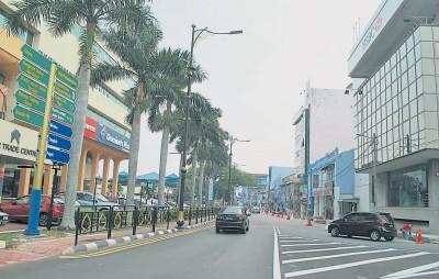 县长:交通拥挤须忍耐 大马路美化封半边路 [Jalan Maharani beautification project is going on]