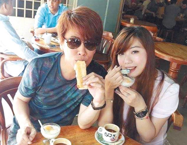 江志丰(左起)及邓咏家对麻坡的烤麵包及咖啡讚不绝口。